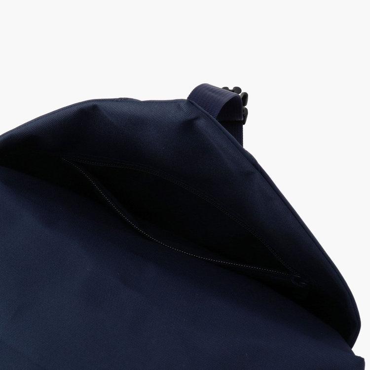 バックル仕様のポケット(大)をフロントに搭載。バックルでボリュームを調整でき、着替えなどの収納に便利。