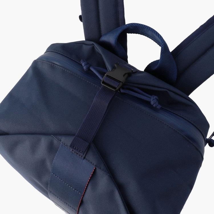 トップに配したバックルは、荷物の量に応じてカバンのボリュームを調節する事が可能。