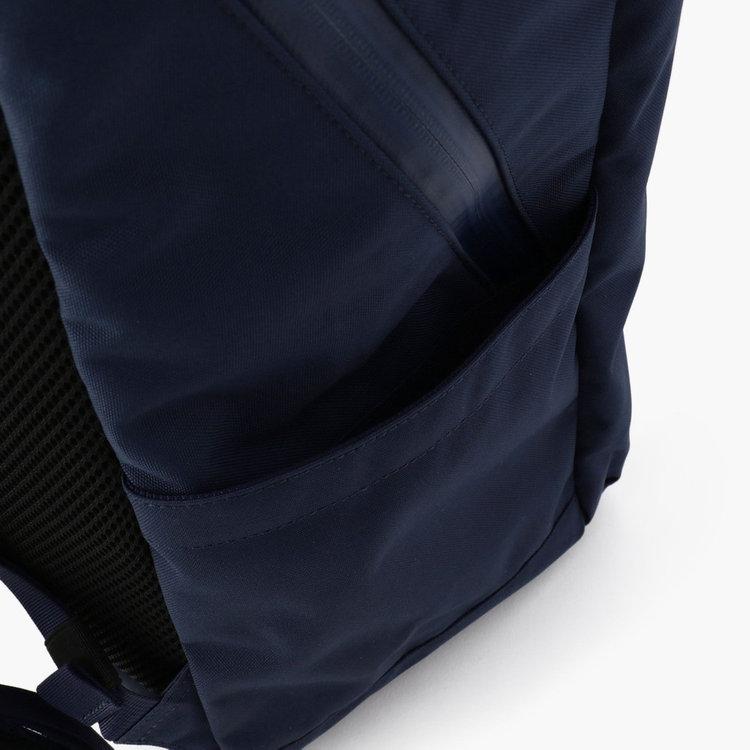 両サイドに配したポケットには500ml程度のドリンクボトルや折り畳み傘など収納する事が可能。