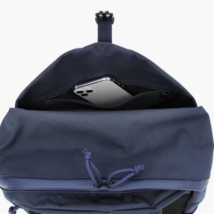 フロントポケット内部には、上部にジップポケットを完備。前にカバンを背負ったまま荷物の出し入れがしやすい位置で、使用頻度の高い小物類の収納に便利。