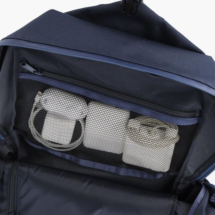 メッシュ素材のポケットは視認性に優れ、ケーブルやバッテリーなどPC周辺機器を入れるのに最適。