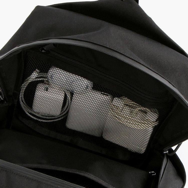 <br>メッシュ素材のポケットは視認性に優れ、ケーブルやバッテリーなどPC周辺機器を入れるのに最適。