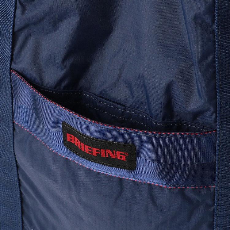 使用頻度の高い小物類の収納などに便利なフロントポケット。