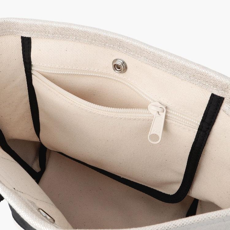 スマホやお財布など使用頻度の高い小物類の収納に便利なジップポケットを完備。