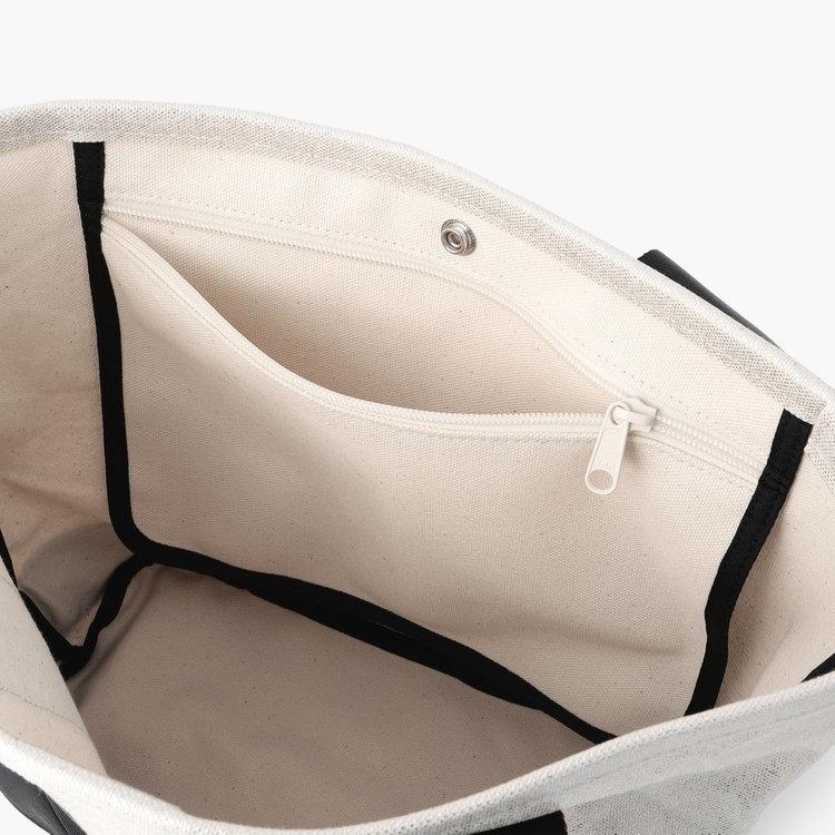 スマホやお財布など使用頻度の高い小物の収納に便利なジップポケット。
