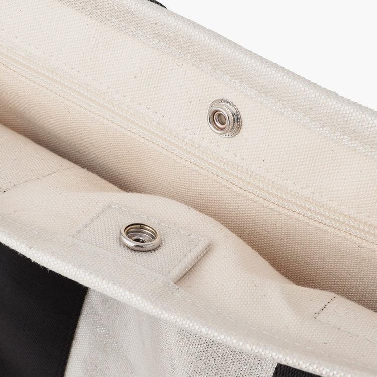カバンの中身が見えないよう、スナップボタンで開口部を閉じる事が可能です。
