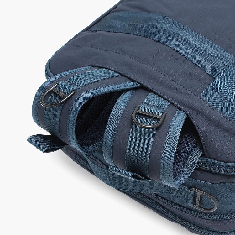 バックパックのストラップは背面部分に収納することが可能で、ブリーフやショルダー時もスマートな佇まいに。