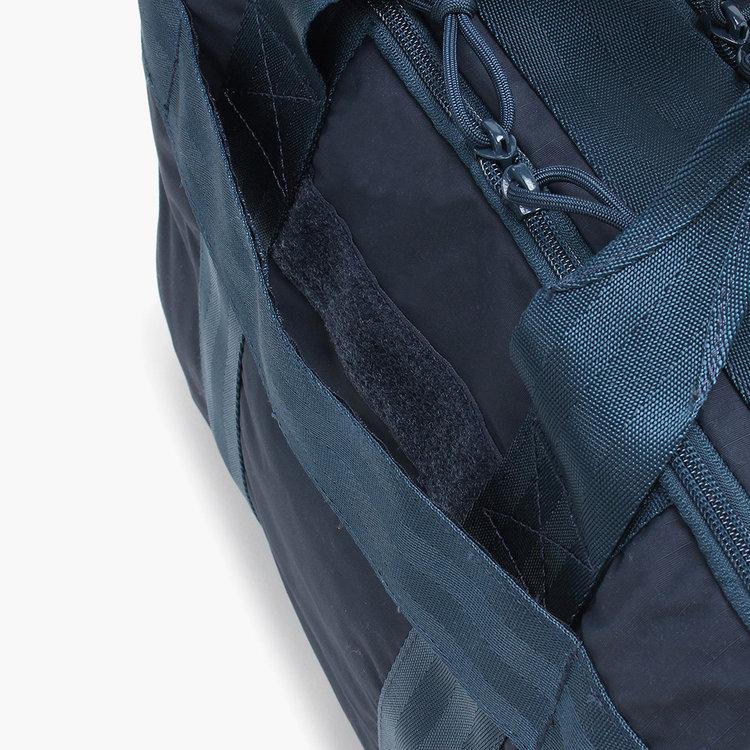 背面に配したメンファスナーは、キャリーケースと併せ持ちする再に便利。