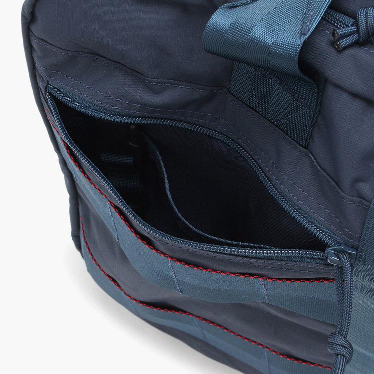 ジップポケット内にはさらに仕分け用のポケットを配し、小物類を分けて収納する事ができます。