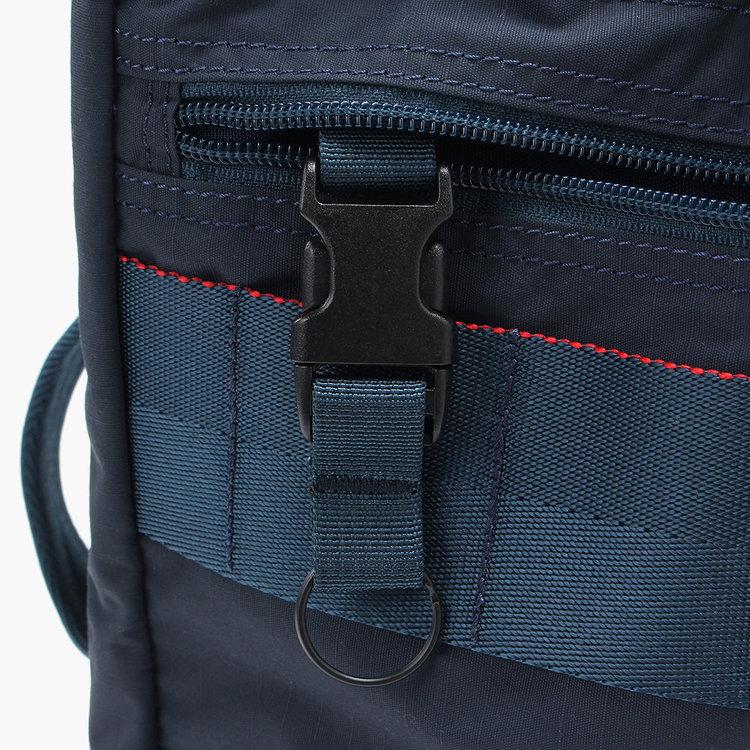フロントポケット内には、着脱式のキーホルダーも搭載しています。