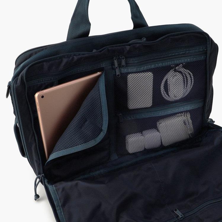 10.5インチ程度のタブレットを収納可能なスリーブ他、PC周辺アイテムの収納に便利なメッシュジップポケット。ポケット内部にはさらに仕分け用のポケットを完備し、細々したアイテムを分けて収納する事が可能です。