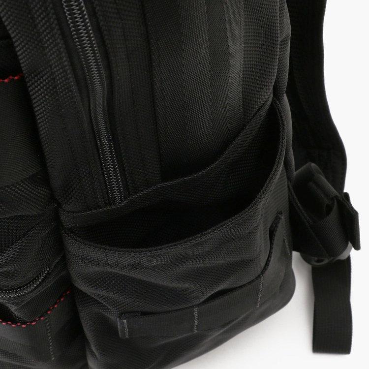 折りたたみ傘はもちろん、500ml程度のドリンクボトルなども収納できるポケットを両サイドに完備。