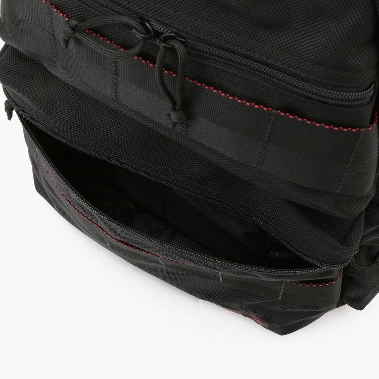 小物などがたっぷり収納できるフロントのアウトポケット。内部にはさらに2つのポケットと着脱式キーホルダーを完備。