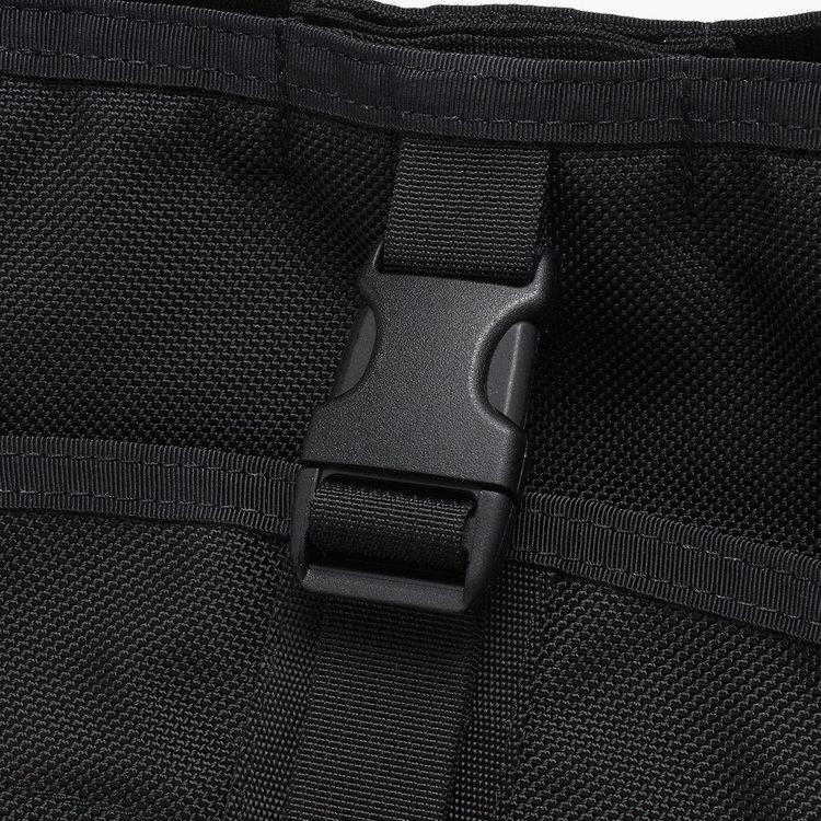 フロントの大型ポケットは収納する荷物の量に応じてバックルでボリュームを調節できる仕様に。