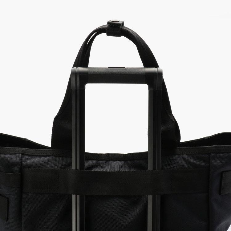 背面にはキャリーケースと併せ持ちができるベルトを搭載。