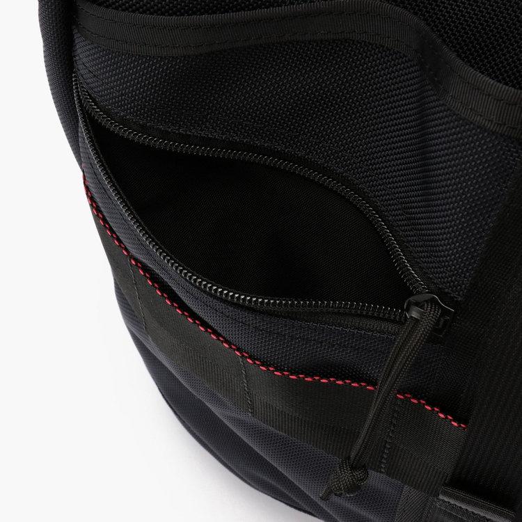 使用頻度の高い小物を収納するのに便利なジップポケットをフロントに搭載。