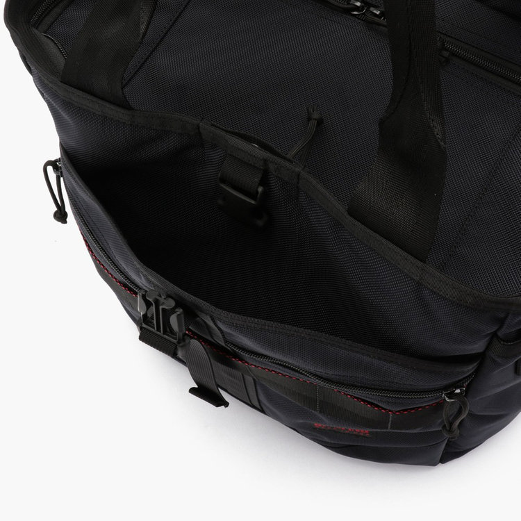バックル式の大型ポケットにはテニスラケットやヘルメットなども収納可能。
