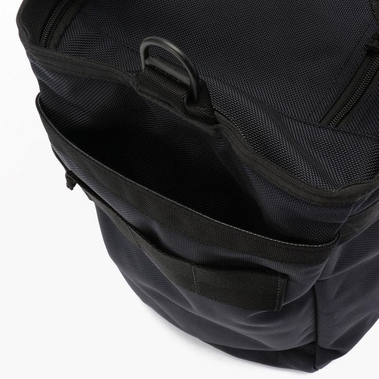 500ml程度のドリンクボトルや折りたたみ傘を収納するのに便利なサイドポケット。