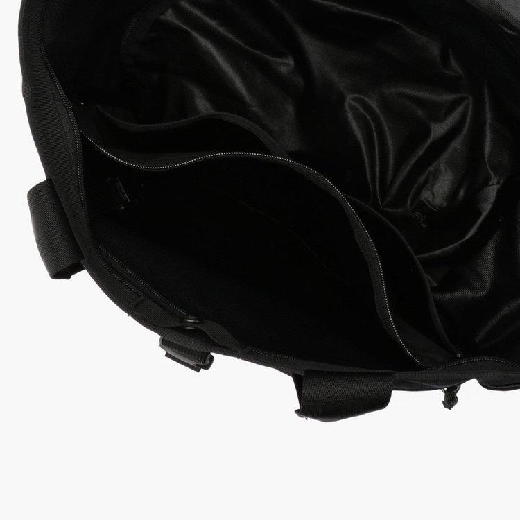 メイン収納部内部にはA4サイズ対応のジップポケットの他、ポケット(小)を2つに着脱式キーホルダーを搭載。