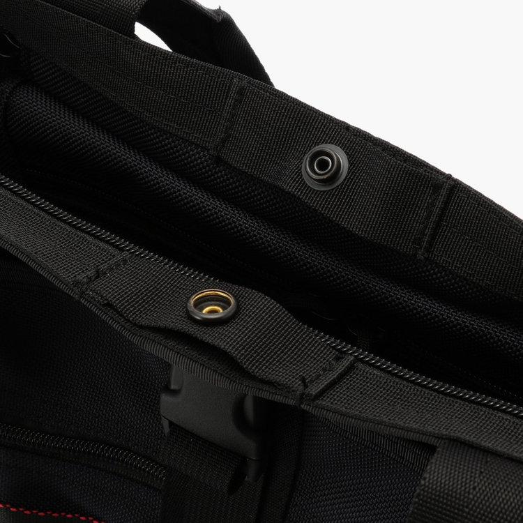 開口部には天蓋だけでなくスナップボタンも搭載。荷物が少ないときにスナップボタンを閉じる事でボリュームを抑えることが可能。