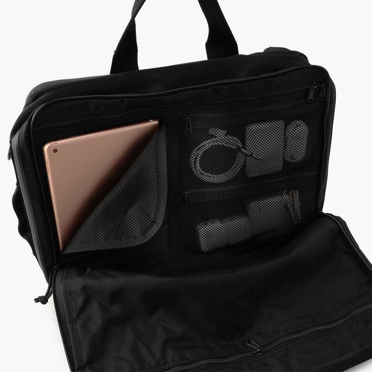 タブレットスリーブは10.5インチ程度までのタブレットを収納可能。メッシュポケットは視認性にすぐれ、ごちゃごちゃしがちなガジェット類の収納に最適。