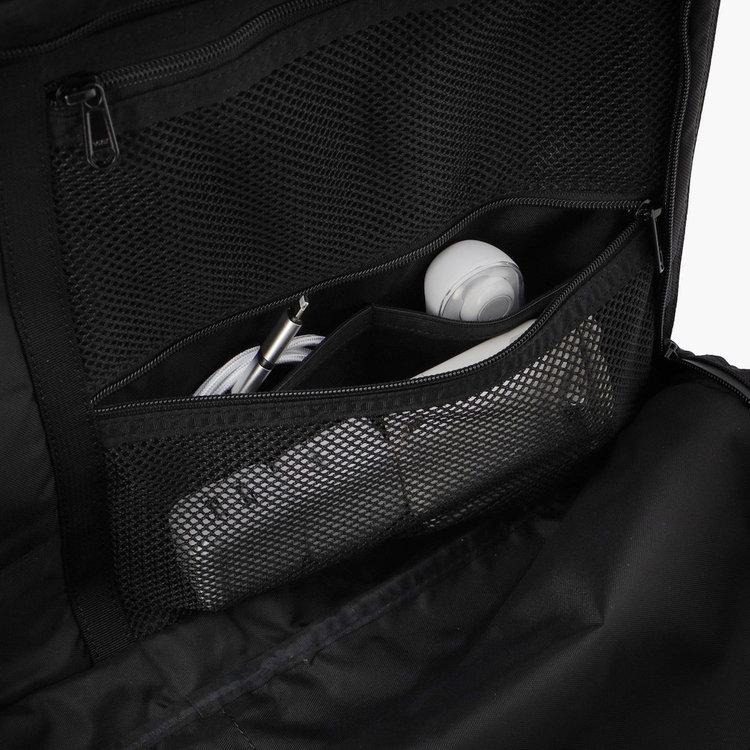 メッシュポケット内部には、さらに仕分け用のポケットを配し。細々したものを整理することができます。