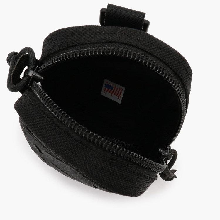 コンパクトなサイジングながらもマチをとり、収納部を確保。内部にはポケットを搭載。