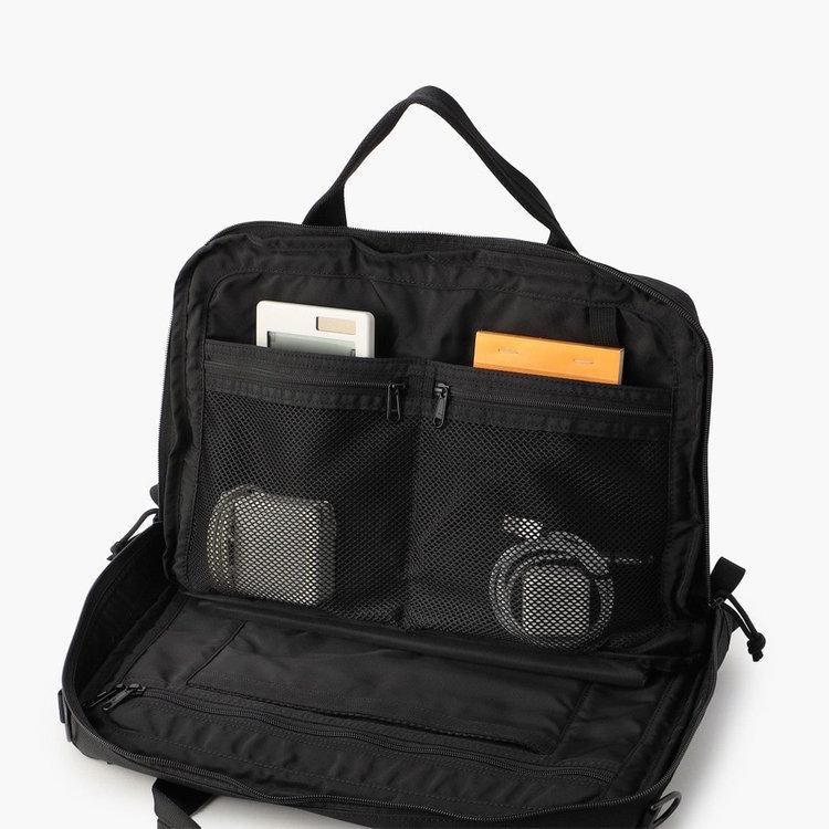 視認性に優れたメッシュポケットにはガジェット類をまとめて収納する事が可能。