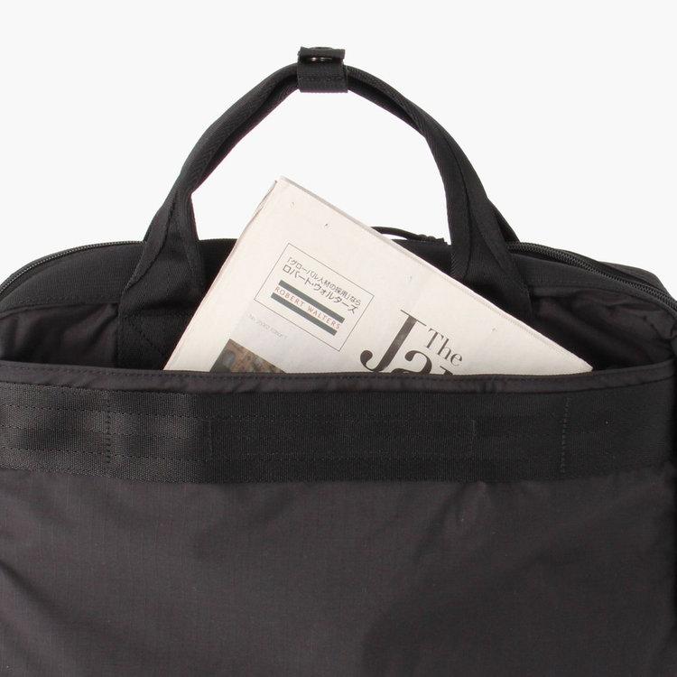 背面部分にもポケットを配し、書類などを収納する事が出来ます。