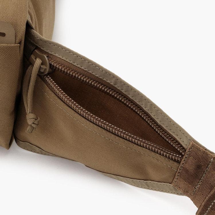 カバンを背負ったまま荷物の出し入れが出来るジップポケットは、使用頻度の高い小物の収納に便利。