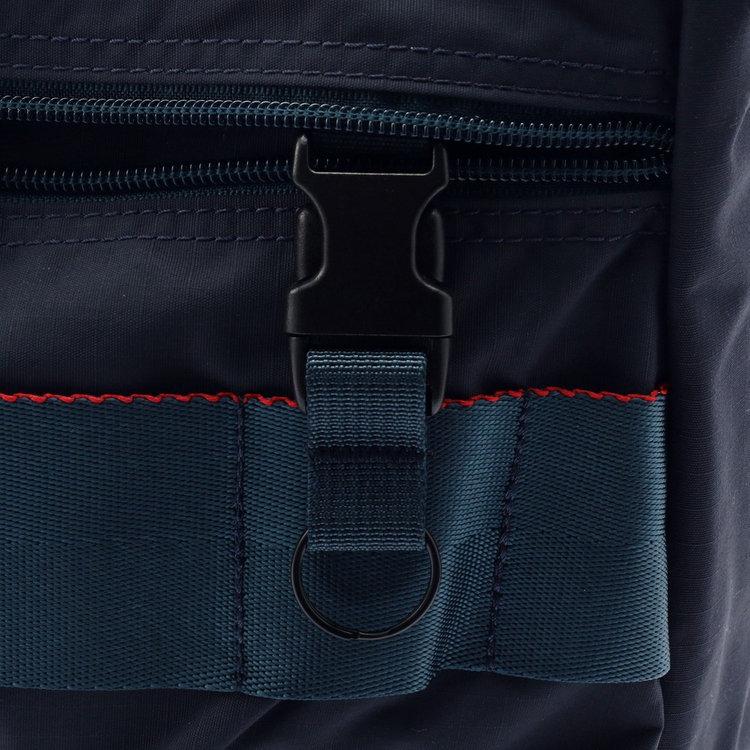 左側のフロントジップポケット内部には着脱式のキーホルダーを完備。