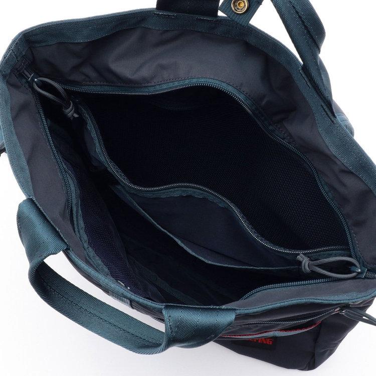 B4サイズ対応のメイン収納部には大小様々なポケットを搭載。開口部には天井ファスナーを儲け、中身が見えない仕様に。