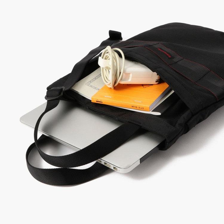 PCのほかにPC周辺機器やノートなど、仕事に必要なアイテムをまとめて持ち運ぶ事が可能。