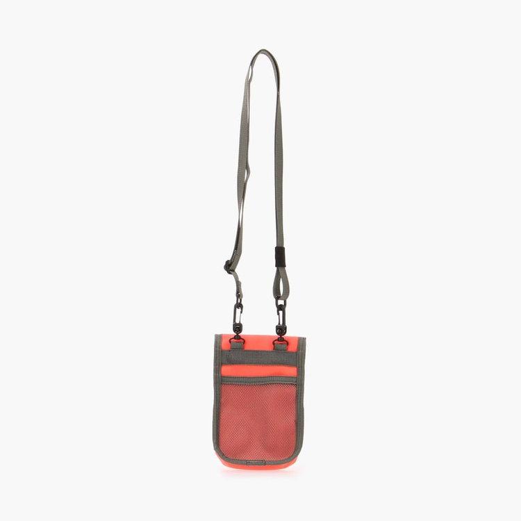 背面側のポケットは視認性に優れるメッシュを採用。ICカードなどを入れれば、使いたい時にサッと取り出すことが出来ます。