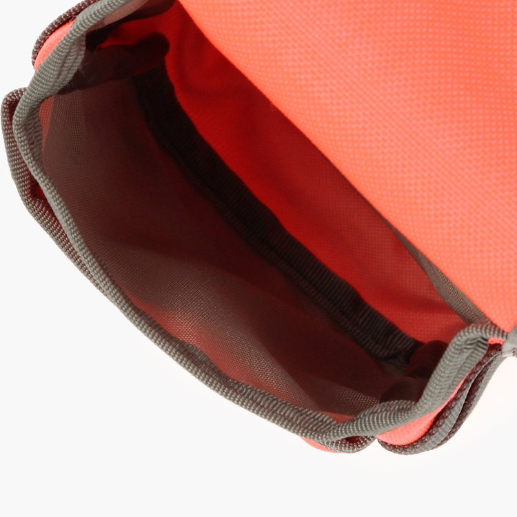 バッグ内装には東レが開発した消臭制菌効果のあるマックスペック生地を採用し、マスクなどの収納も安心して行えます。