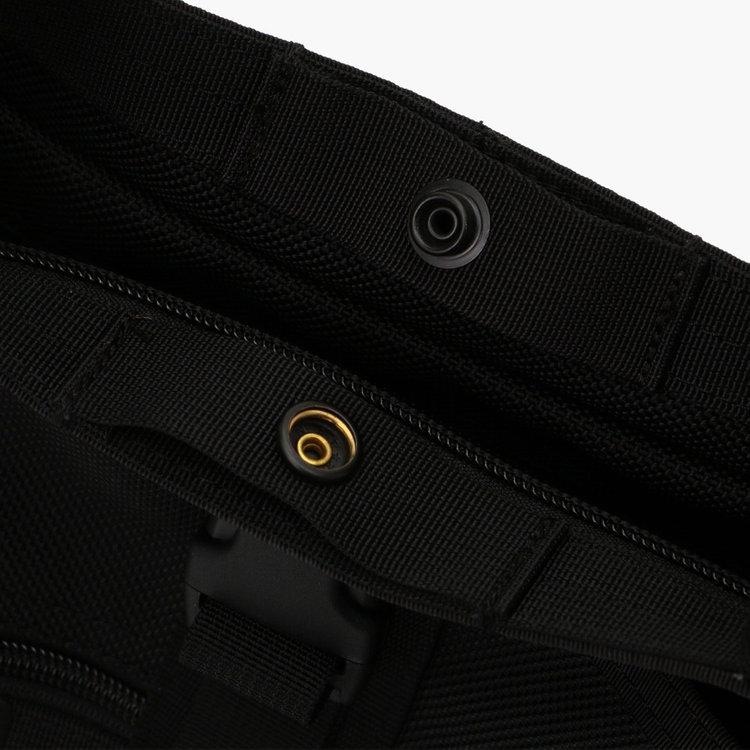 開口部にはスナップボタンを搭載し、スナップボタンで開口部を締める事も可能。