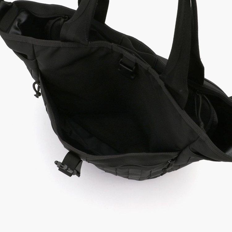 フロントに配したバックル式の大型ポケットは、マチをとることで薄手のアウターや着替えなども収納可能。