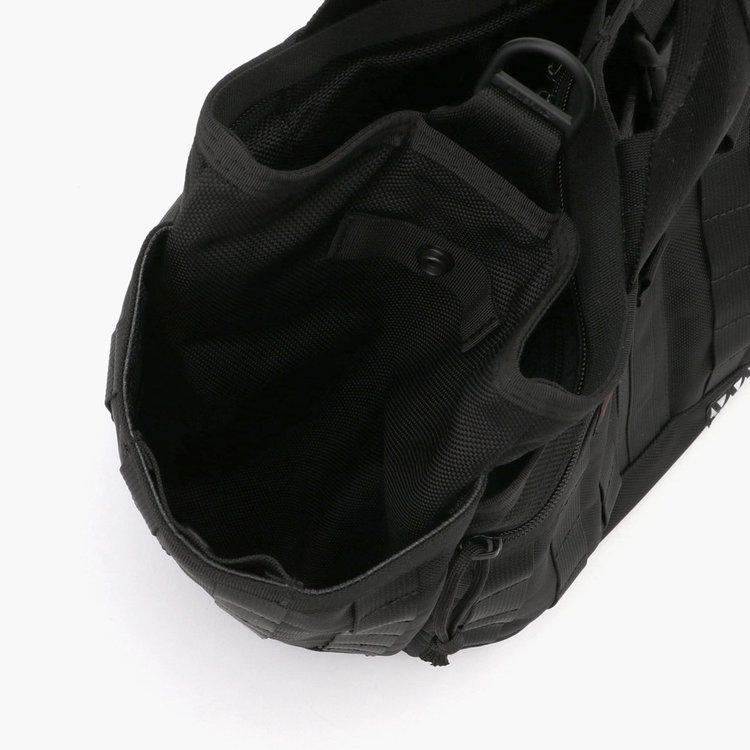 両サイドに配したポケットには、ドリンクボトルや折り畳み傘など収納するのに便利。開口部はスナップボタンで留める事が可能。