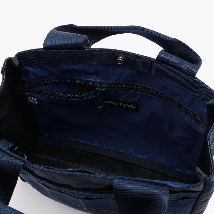 サイズの大きなポケットには、細々した荷物が飛び出さないようジップポケットを採用。