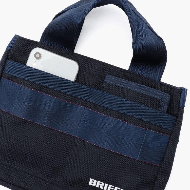 フロントポケットはスコアカードが入るほどのサイジング。スマホなどを収納するのにも便利。