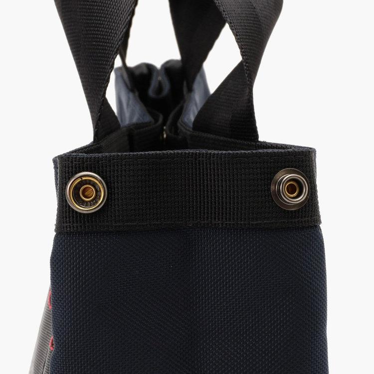 荷物の両に応じてマチの幅を調節できるスナップボタン。