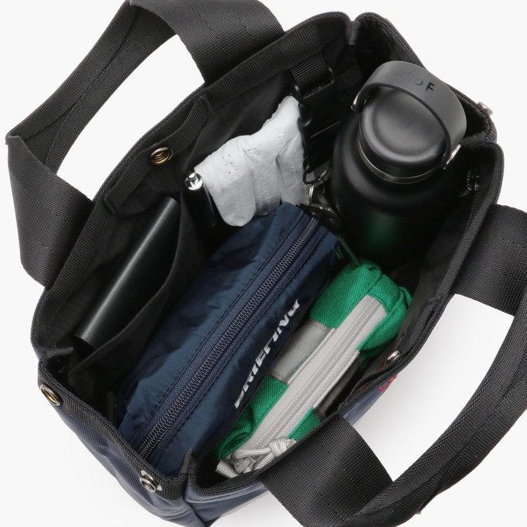 ポーチやお財布などのほか、ドリンクボトルなどが入るほどの収納力。