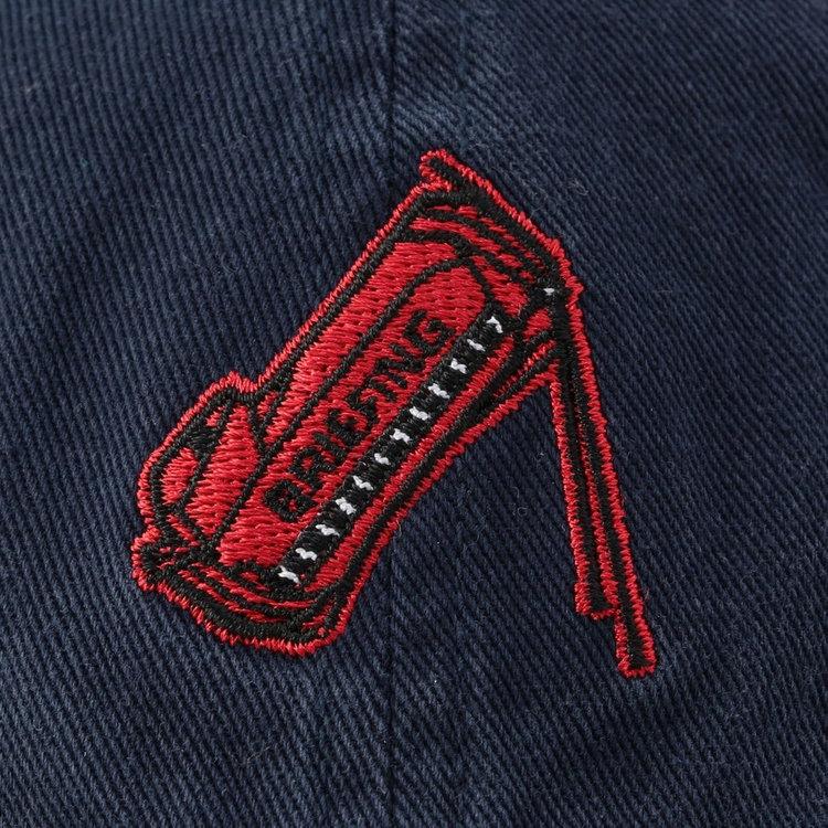 BRIEFING GOLFで人気の定番スタンド式キャディバッグの刺繍をフロントに配した、大人の遊び心を感じるデザイン。