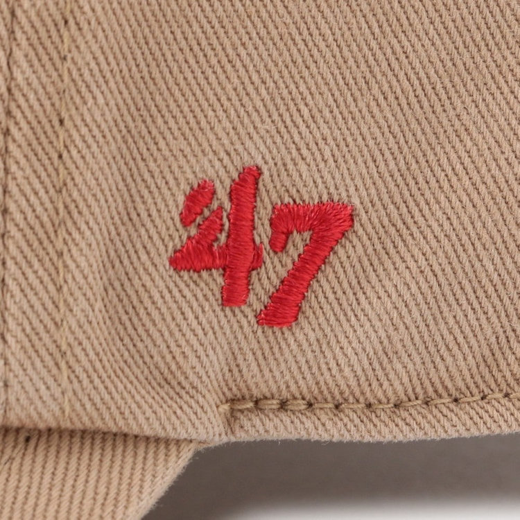 「′47」のロゴ刺繍は、ホワイトではなくコラボの特別仕様としてレッドカラーを採用。