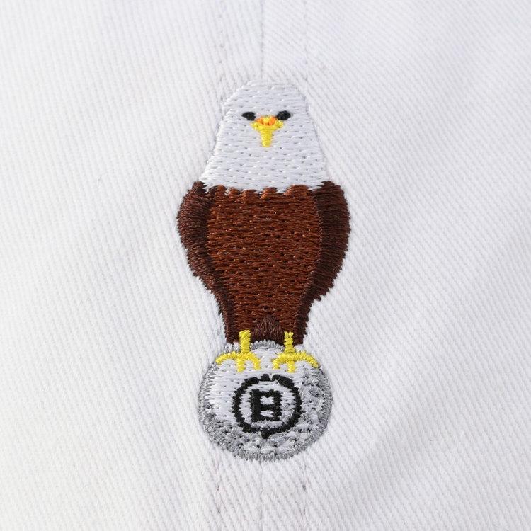 フロントにはゴルフボールをつかんだアメリカの国鳥「ハクトウワシ」の刺繍を施し、さりげないアクセントに。ゴルフボール部分にはBRIEFING GOLFの「B」をアイコンに据えた遊び心あふれるデザイン。