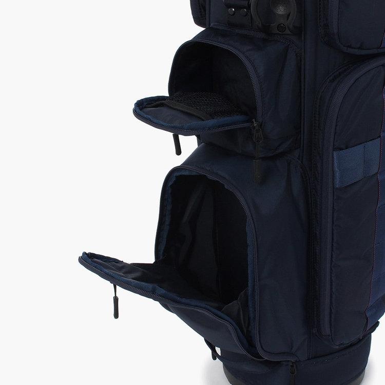 上部のポケットは使用頻度の高い小物の収納に便利。下部のポケットはゴルフボールを1ダース収納する事が可能。