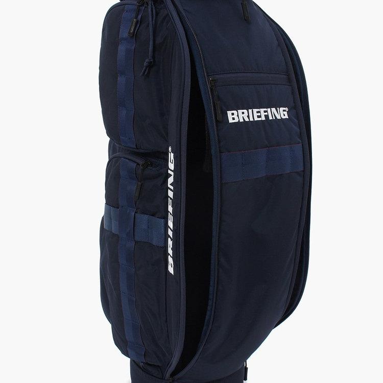 フードやカバーなどを収納するのに便利な大型ポケット。