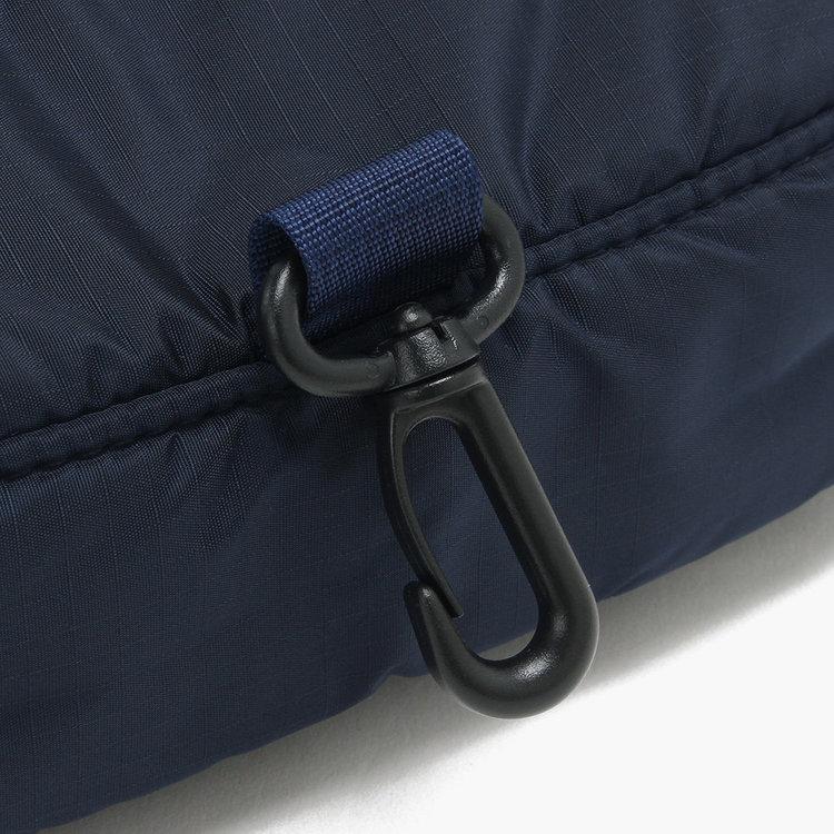 使わないときはキャディバッグなどにかけておくことができるフックを装備。