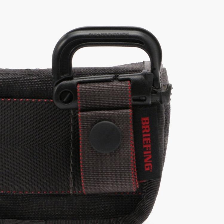 ベルトループなどに装着可能なグリムロックを装備。さらにグリムロックと本体の接合部にはマグネット式バックル「FIDLOCK(フィドロック)」を採用し、パターカバーの取り外し・装着を容易に行うことが可能。