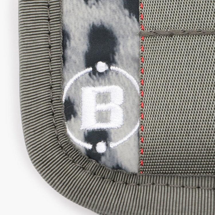 軽量な75デニールの高密度タフタをメイン素材に使用。丈夫で撥水性にも優れています。
